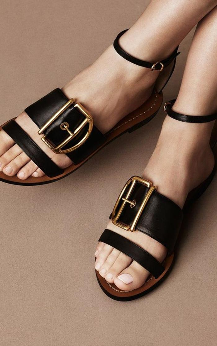 sandale en noir femme Bally plate avec une grande boucle métallique effet ceinture large
