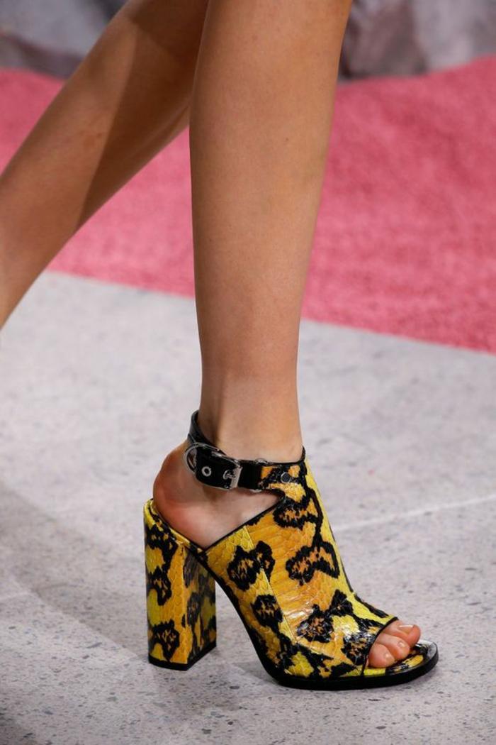 sandale femme en jaune et noir avec grand talon épais print animalier