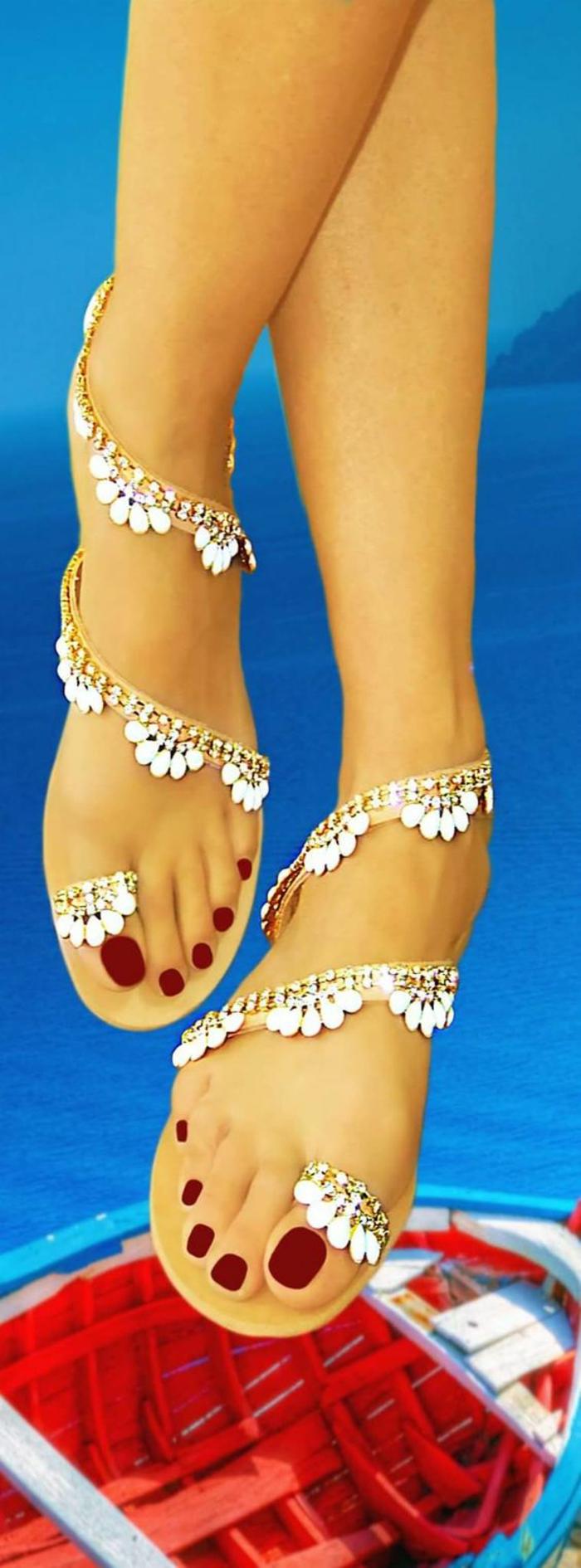 sandale femme effet pied nu orné de chaine dorée aux éléments blanc qui font l'effet de dentelle