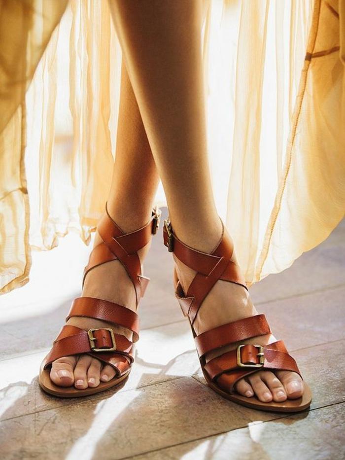 sandale femme avec des boucles de ceinture devant couleur whisky