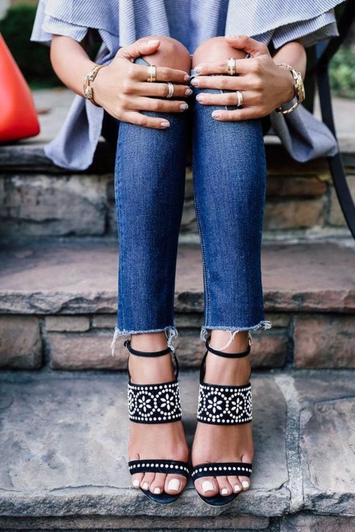 sandale femme en noir avec ornements blancs bande très large une plus petite et une lanière fine à la cheville