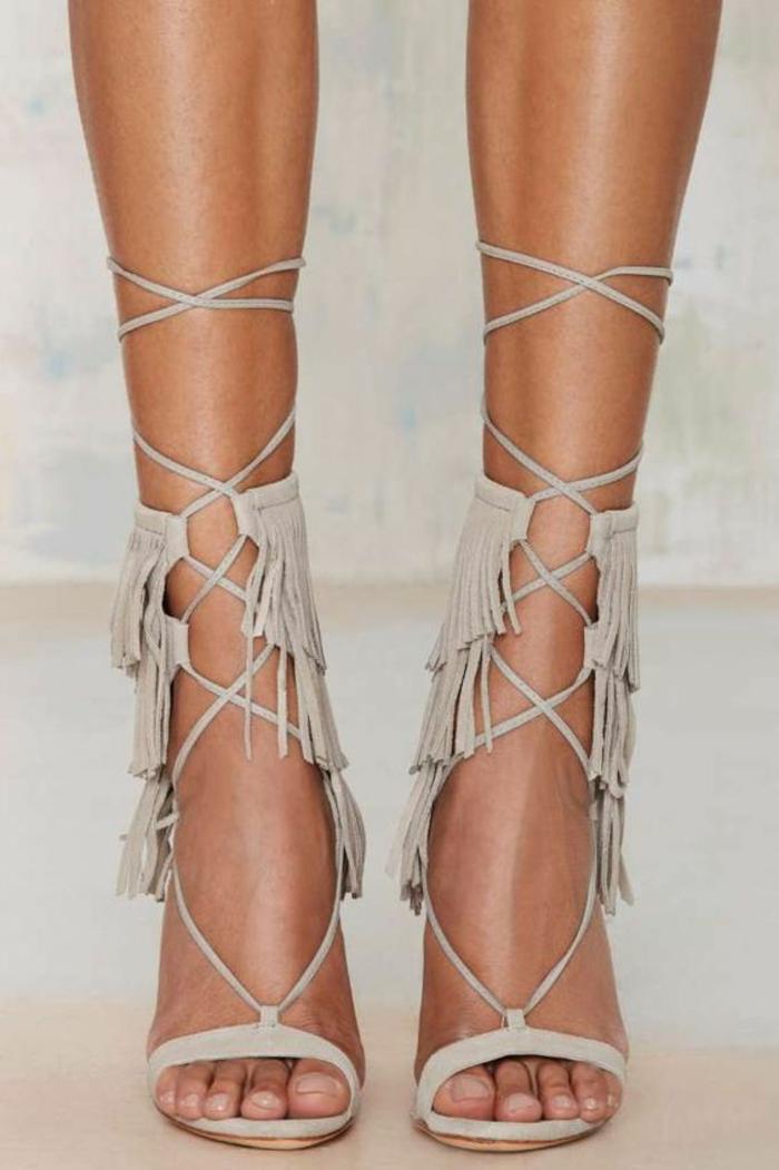sandales pour femme avec des franges sur les cotés et des lanières montantes sur les mollets