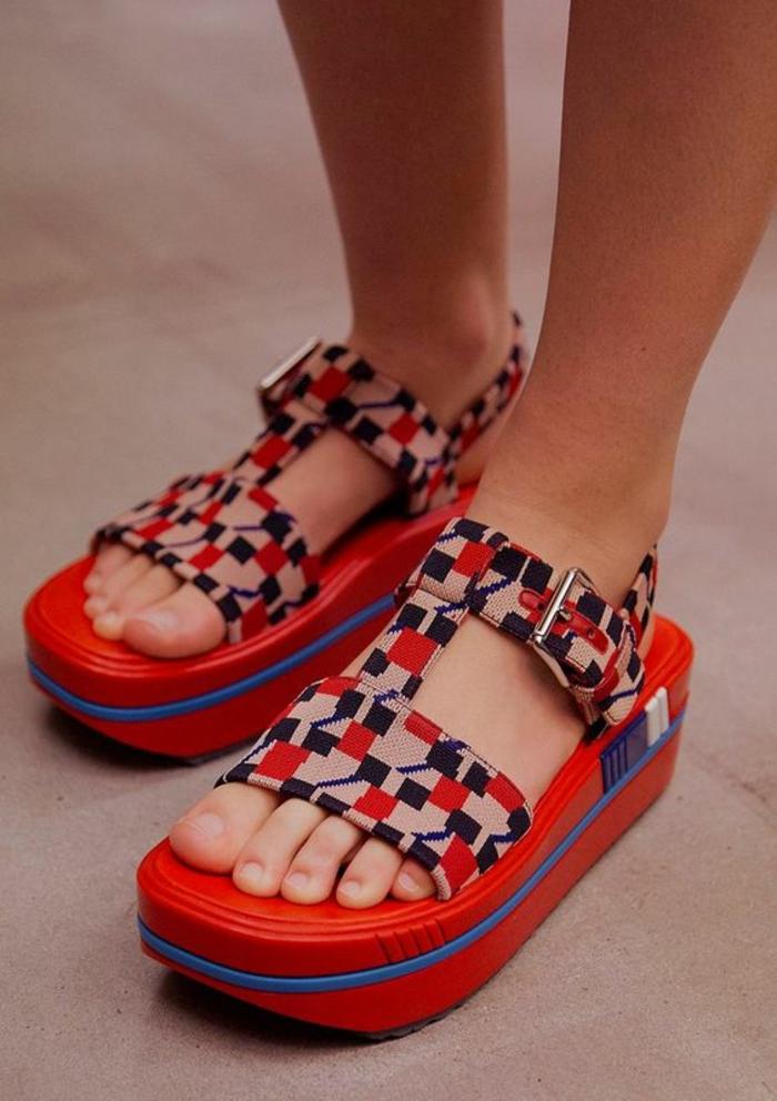 sandales compensée femmes en rouge et bleu avec des motifs géométriques Prada