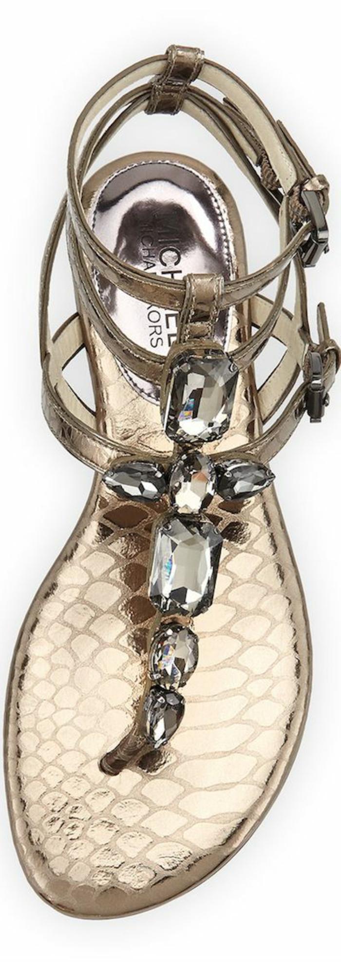 sandales pour femme finiture irisée métallique lanière avec plusieurs tours sur la cheville et avec des pierres synthétiques en gris