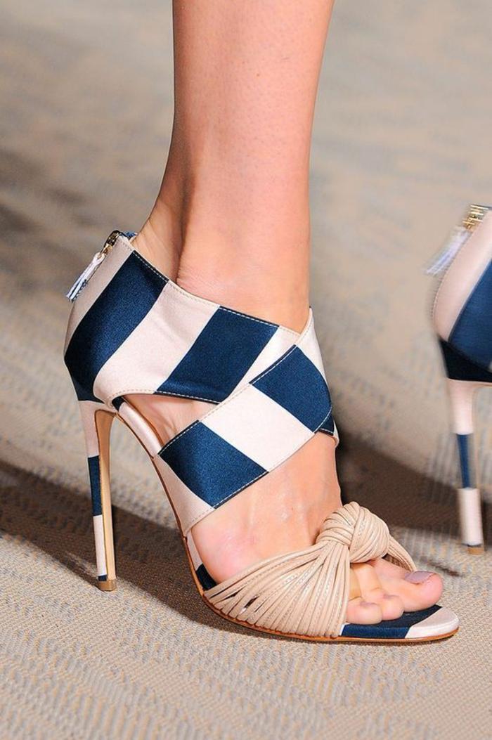 sandale femme à rayures bleues et blanches deux bandes larges et partie devant en beige tressée