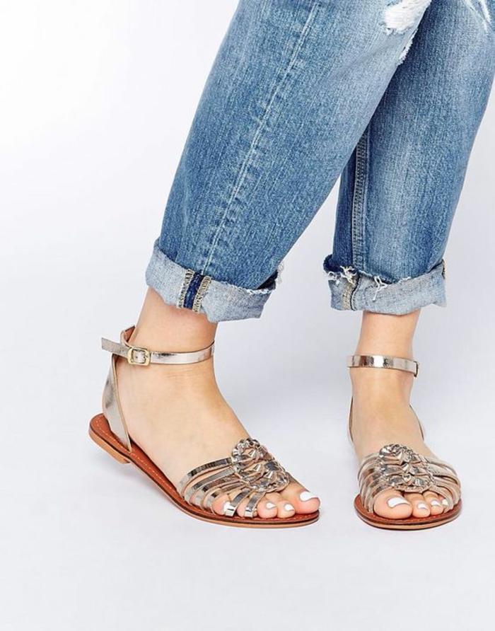 sandales pour femme aux reflets métalliques argentés plates plante en marron à porter avec du denim bleu ou avec des robes