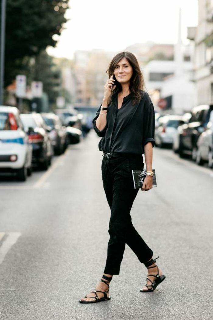 sandale femme en noir plate avec des lanières qui s'attachent sur les chevilles ou sur les mollets