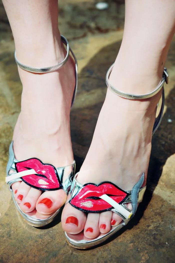 sandales compensée avec bouche à rouge à lèvres rouge et une cigarette style pop Prada