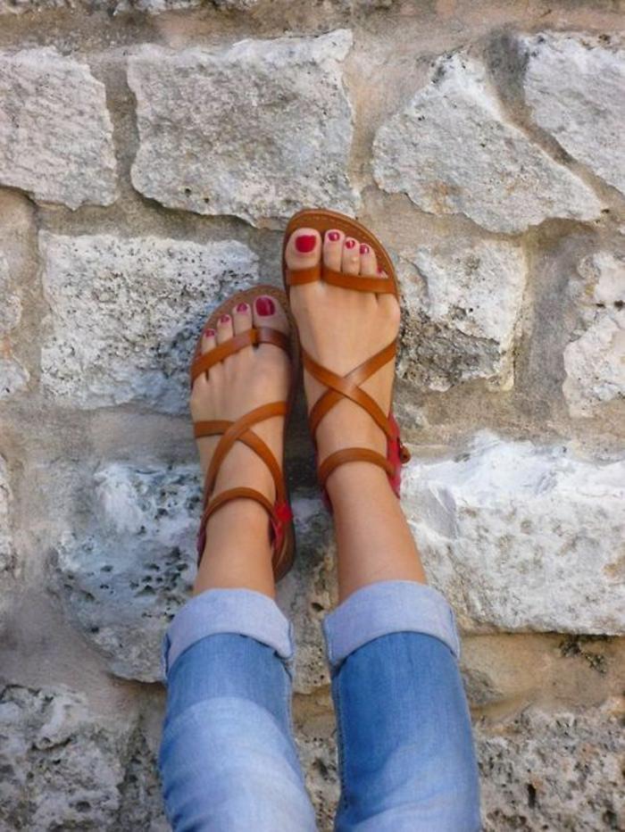 sandales pour femme allure grecque en marron clair avec des lanières sur les doigts pour les supporter dans l'effort