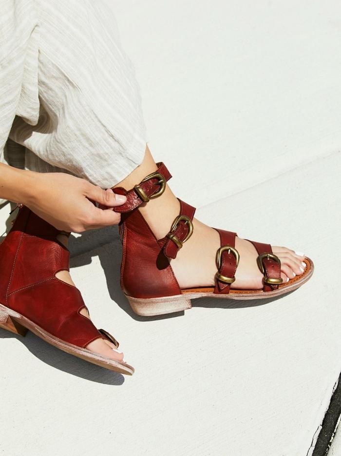 sandale femme plate en couleur rouge ochre avec quatre boucles métalliques de coté allure décontractée