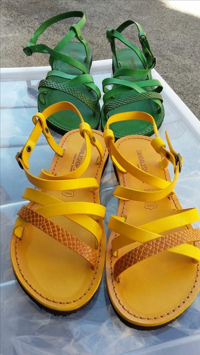 sandales femmes en couleurs jaune et verte aux motifs croco talons plats