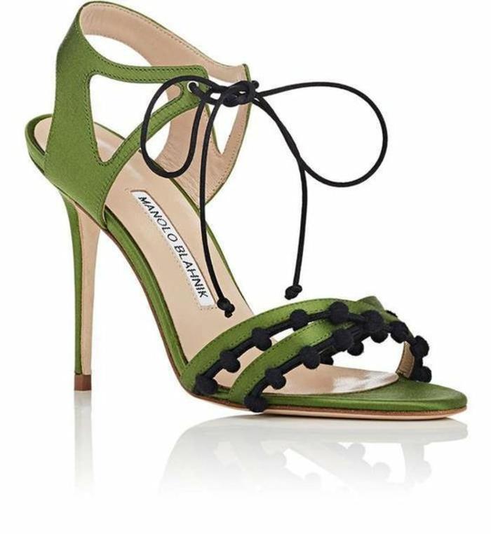 sandale femme en vert avec des pompons noirs talons aiguilles ficelle noire devant pour attacher