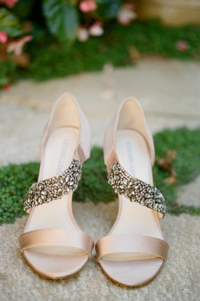 sandales pour femme pour une mariée d'été avec une bande asymétrique richement ornée de pierres en blanc