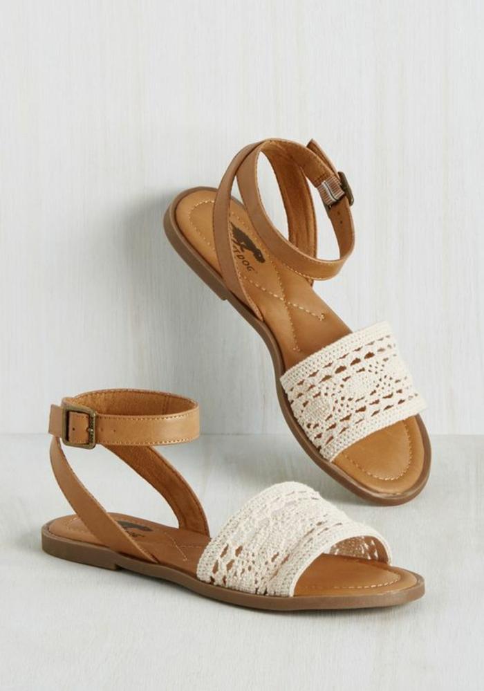 sandale en dentelle blanche ajourée et cuir marron clair plate et féminine