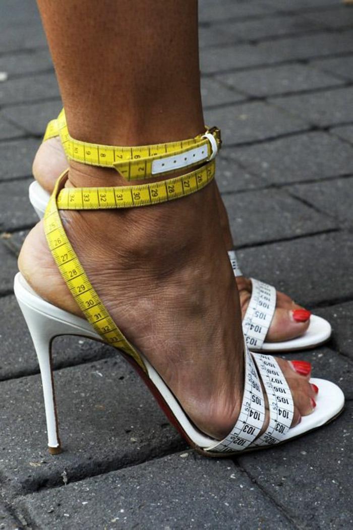 sandale femme style humouristique avec des lanières en forme de centimètres et avec des talons aiguilles