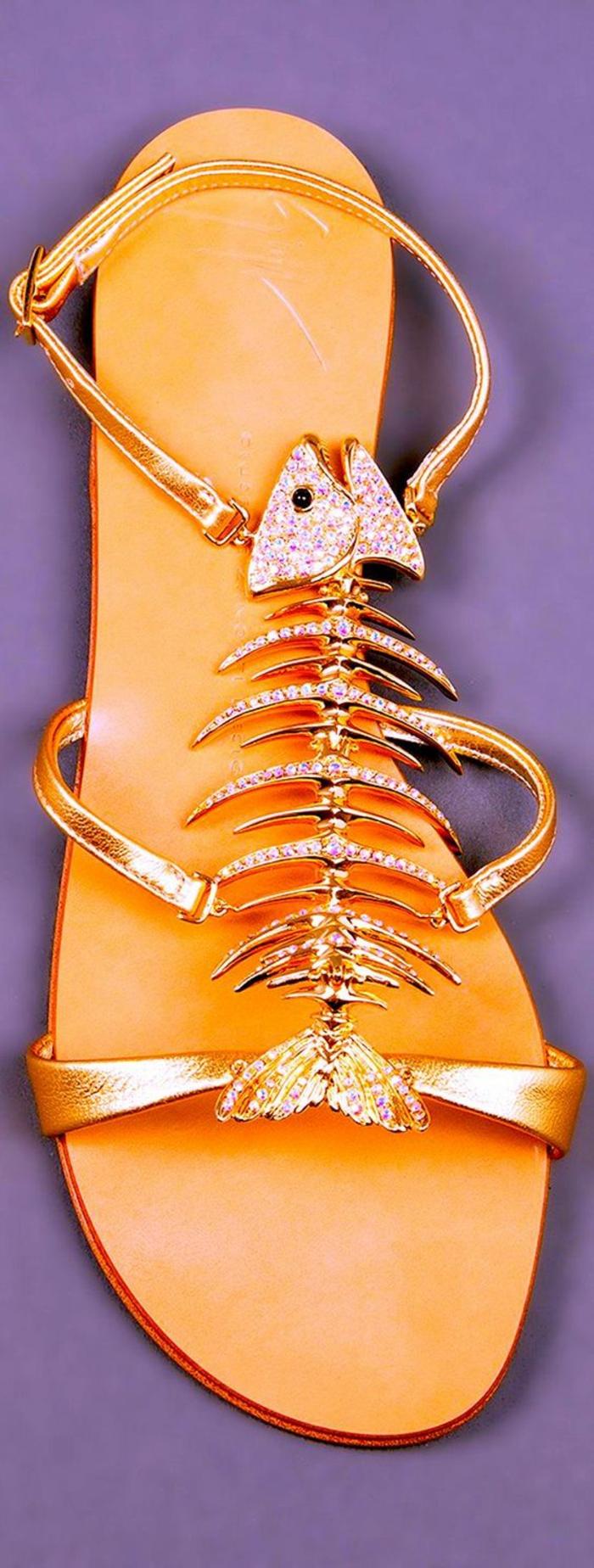 sandale femme avec motif décoratif motif arete de poisson finition métal brillant or