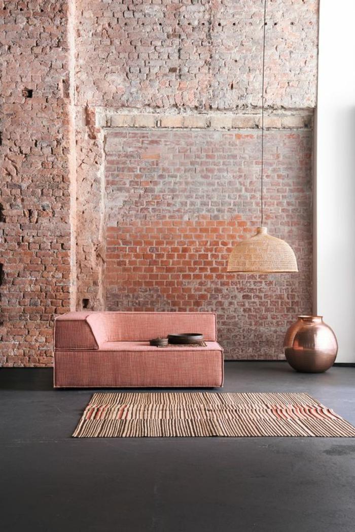décoration intérieure en couleur saumon, sofa saumon, lampe pendanre, grand vase décoratif