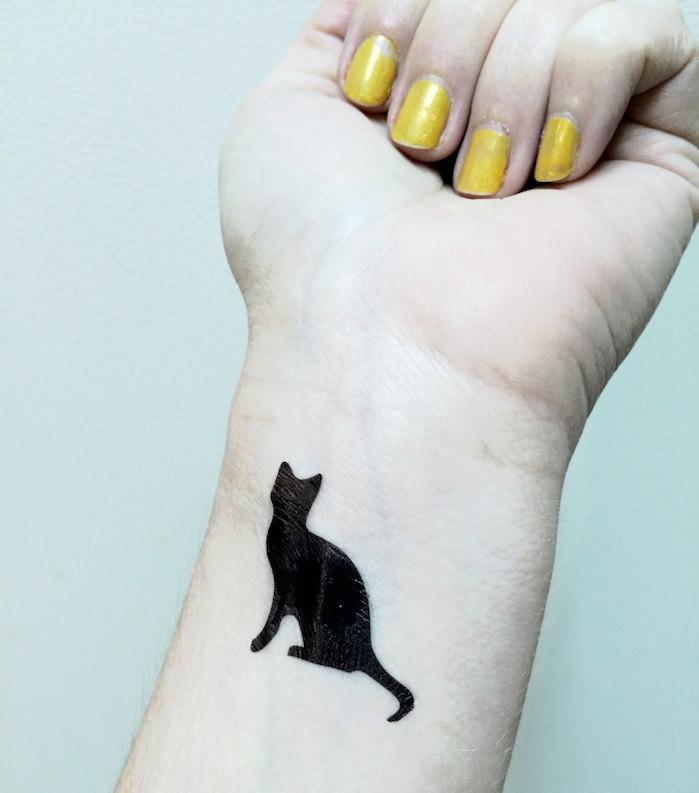 tatouage chat noir poignet femme silhouette chaton
