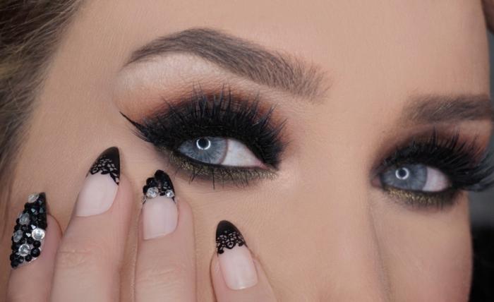 maquillage smoky, manucure nude avec décoration dentelle noir, yeux bleus, cheveux brunes