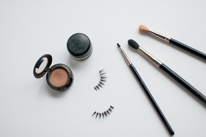 tuto smoky eyes, poudre translucide, pinceau smudge, faux cils, produits cosmétiques, smoky eyes noir