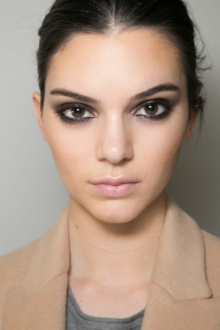 smoky eyes facile, blazer beige, blouse grise, lèvres rose, cheveux noirs, maquillage smoky