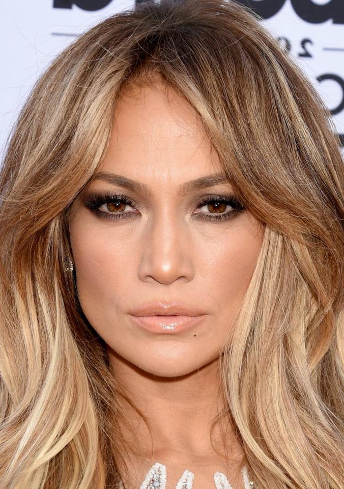 maquillage smoky, Jennifer Lopez, lèvres nude, cheveux blonds, maquillage de tous les jours