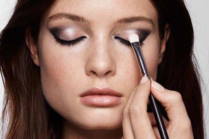 maquillage de tous les jours, smoky eyes noir, lèvres nude, manucure nude, cheveux brunes, pinceau smudge