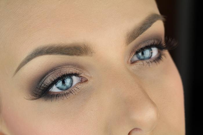 smoky eyes facile, yeux bleus, sourcils, mascara noir, fard à paupières dorées, maquillage smoky