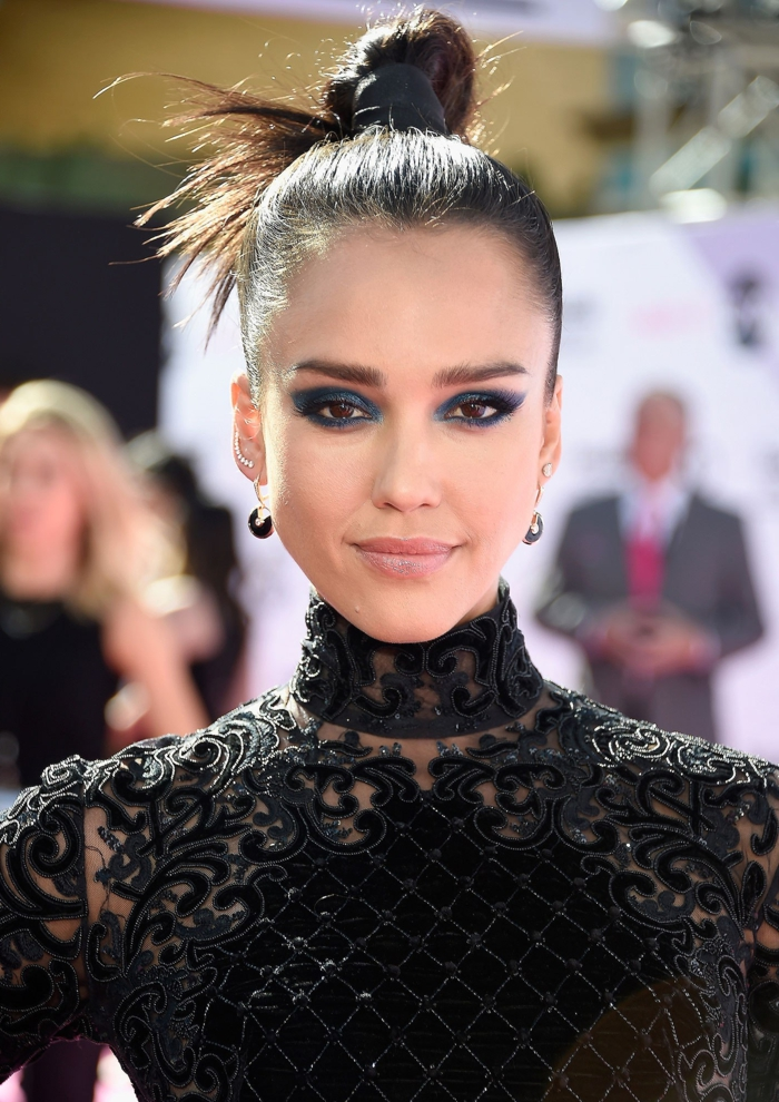 maquillage smoky, Jessica Alba, robe noire à motifs dentelle, smoky eyes facile, boucles d'oreilles