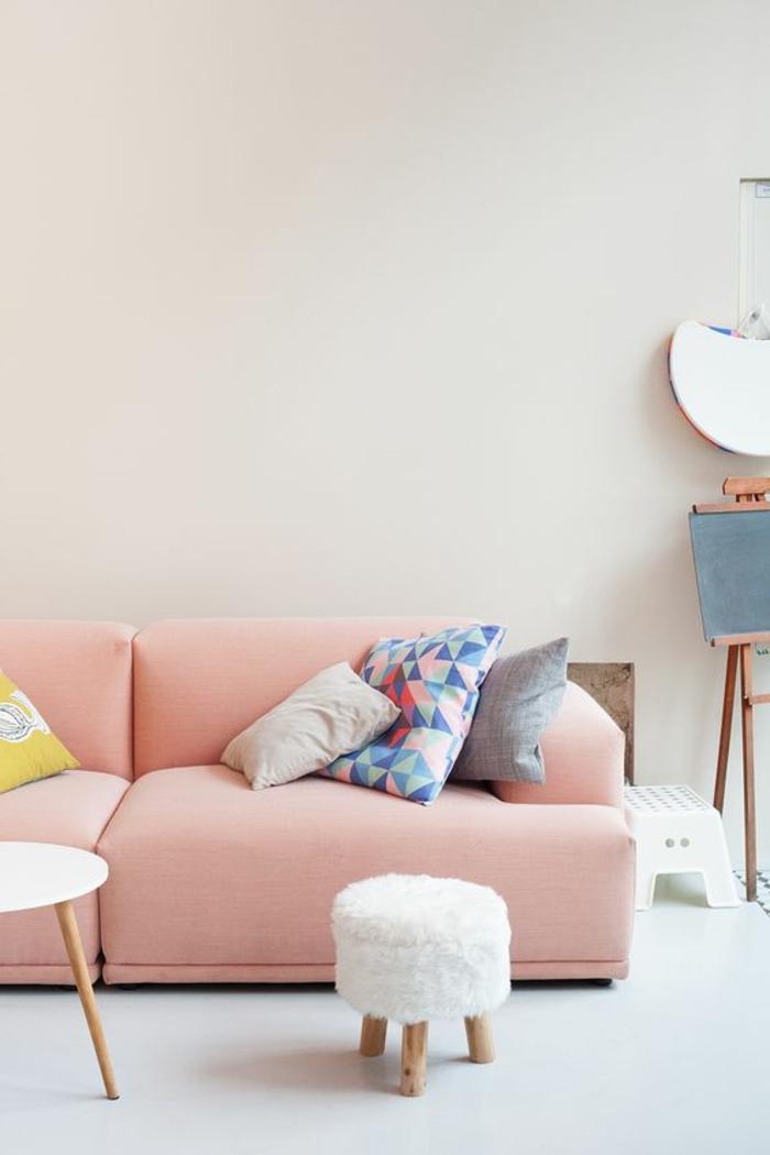 sofa moderne couleur dofus, tabouret blanc, coussins déco et ambiance scandinave