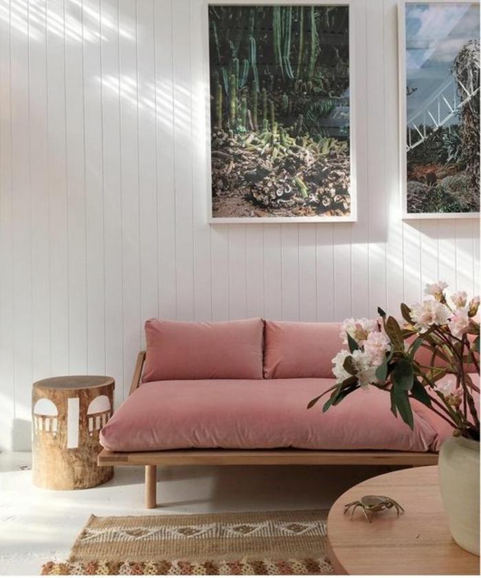 sofa rose saumon, vase avec fleurs, photographies paysages, lambris mural blanc