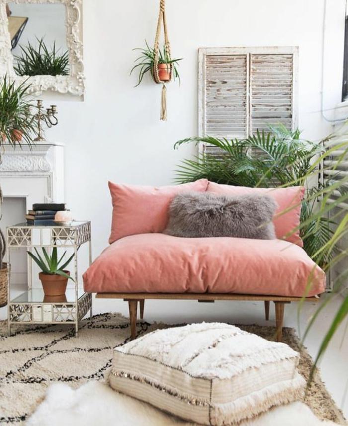 sofa vintage couleur saumon, intérieur boho chic, tapis berbère, tabouret blanc