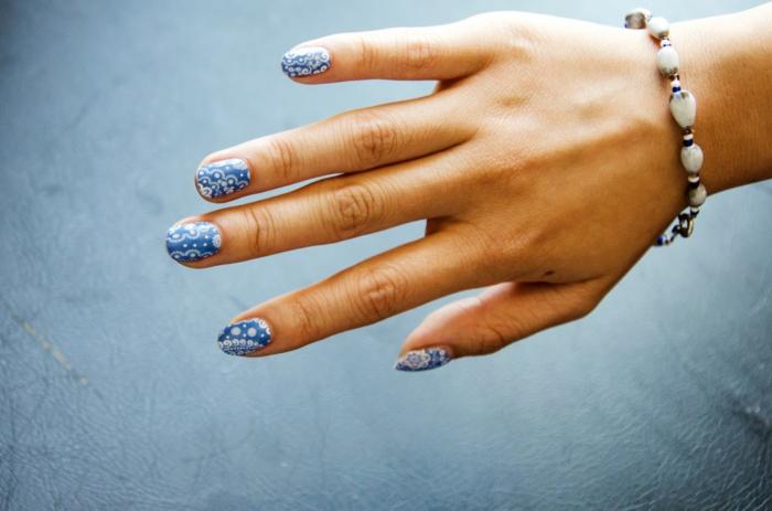 comment faire une manucure, ongles longs, bracelet en blanc, manucure bleu et blanc, nail art avec stickers