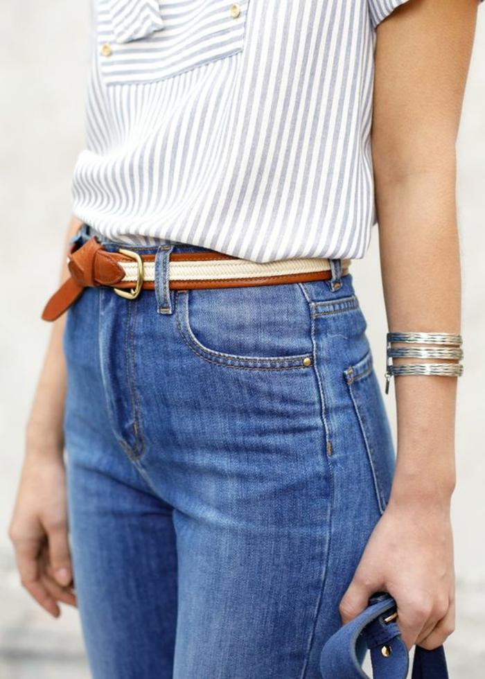 mode année 80 jean denim clair taille haute avec ceinture tressée en marron et blouse rayures bleu et blanc manches courtes