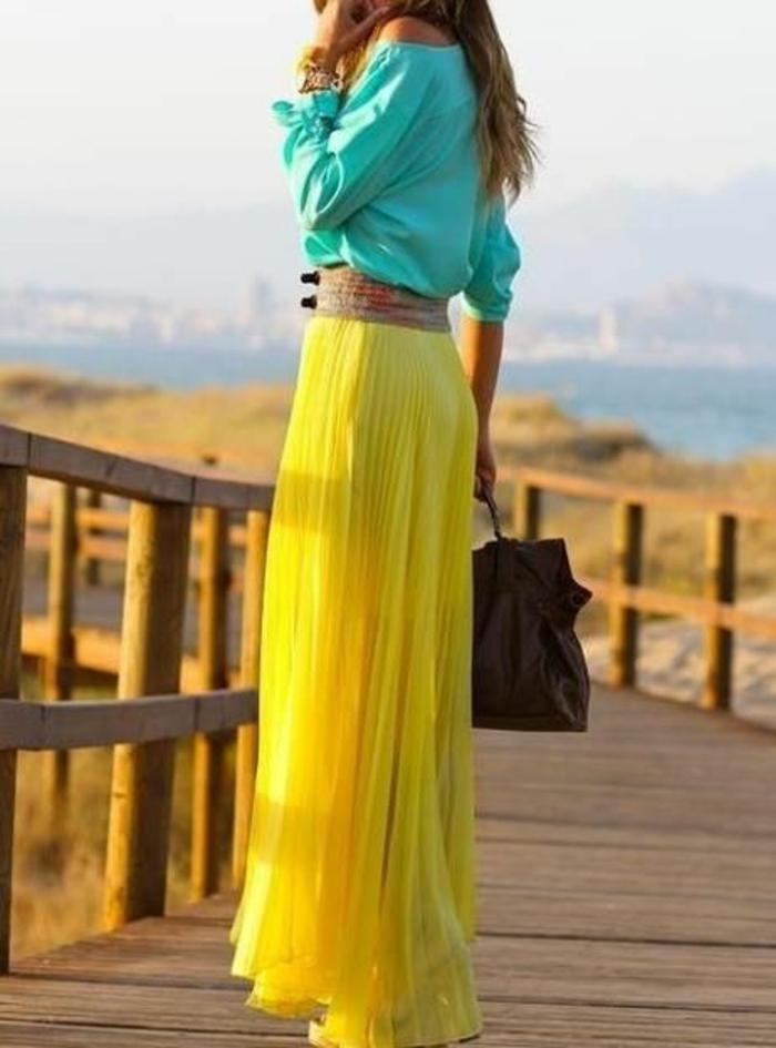 mode année 80 jupe plisse longue avec ceinture large mo tifs serpent et blouse manches larges en turquoise