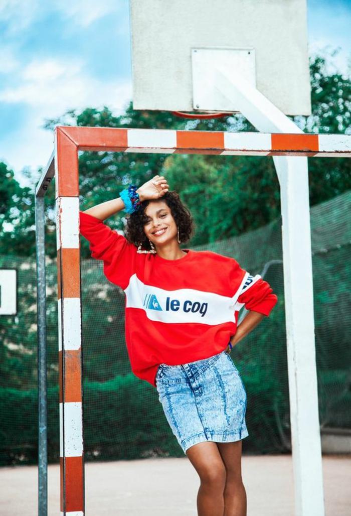 mode année 80 Le coq sportif blouson large en rouge et blanc et mini jupe taille haute en denim délavé