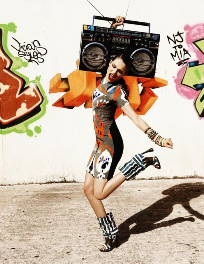 mode année 80 hip hop mini robe aux motifs grafitti moulante et bottes d'été aux rayures noires et blanches