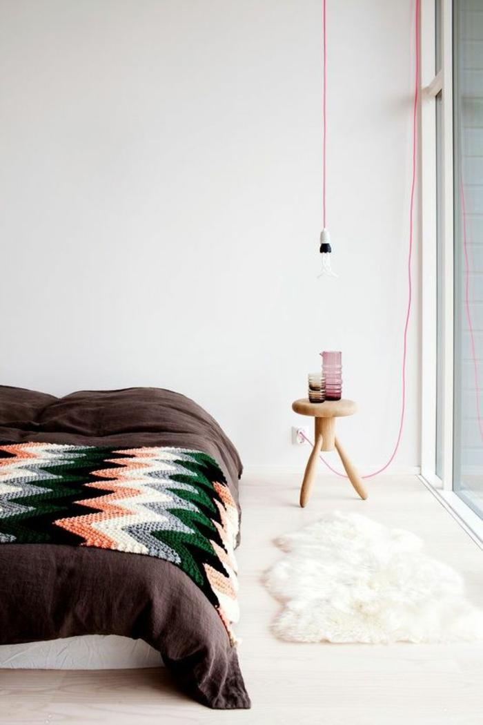 un luminaire suspension à douille et fil rose fluo, chambre à coucher au style scandinave épuré