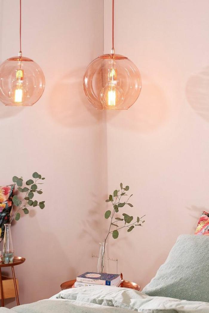 une suspension boule en verre soufflé rose au look rétro, chambre à coucher douce et élégante