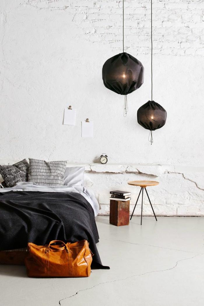 un luminaire suspension original revêtu de tissu, éclairage d'ambiance dans la chambre à coucher