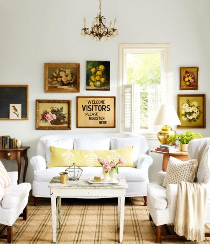exemple de table campagne chic en bois usé, centre de table floral, canapé et fauteuils blancs, decoration murale tableaux, lustre baroque