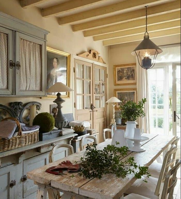 intérieur deco campagne, meuble de cuisine bleu pastel, table en bois brut et chaises, decoration florale, poutres apparentes, lanterne suspendue
