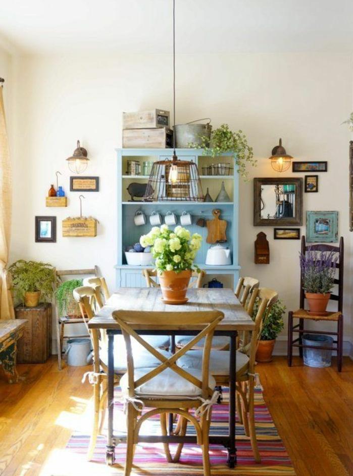 table campagne chic en bois et metal, chaises en bois et coussins s assise blanche, pot de fleur, centre de table, vaisselier bleu pastel, decoration murale vintage