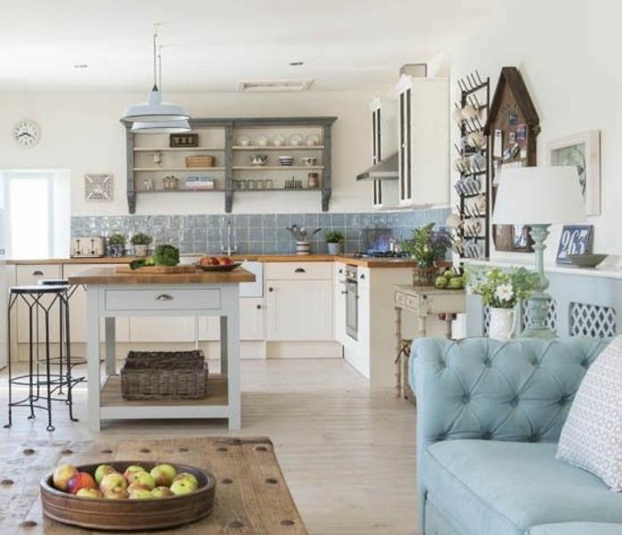 cuisine campagne chic, carrelage bleu, table basse en bois, canapé bleu, façade cuisine blanche, etagere rangement vaisselle, ilot central en bois