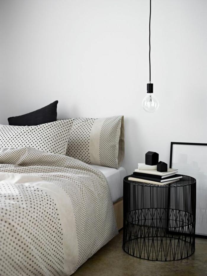 une chambre à coucher élégante en noir et blanc, une suspension chevet à ampoule nue