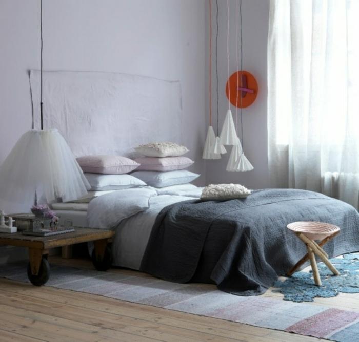 une chambre à coucher très féminine aux couleurs pastel, une suspension chevet aérienne en papier