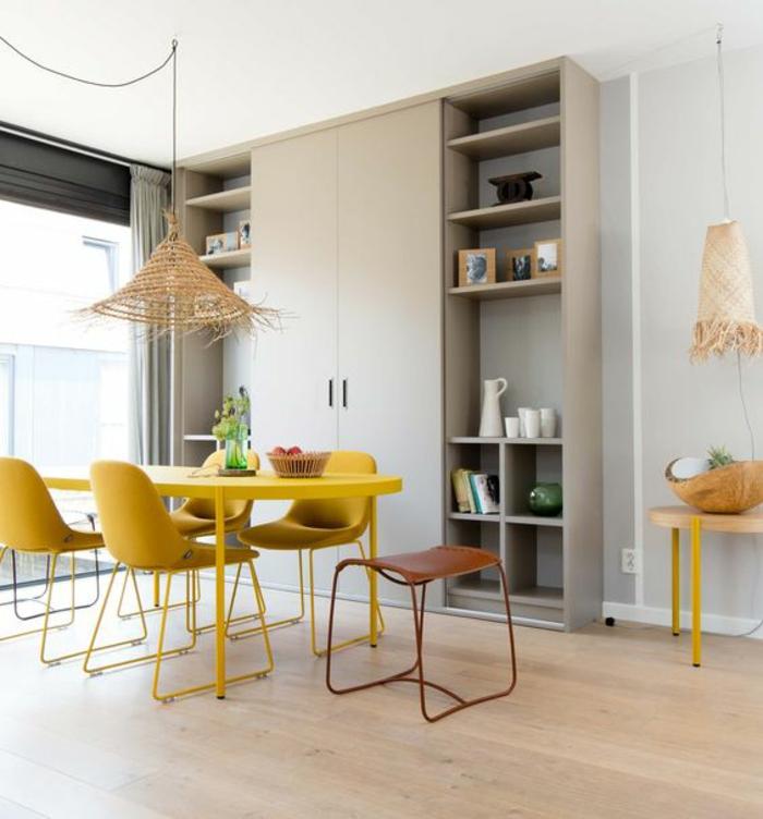 une table de repas tout jeune ocre et des chaises au design moderne assorties