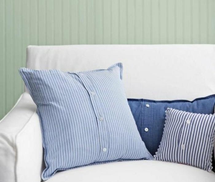 une chemise homme à boutons transformée en taie d oreiller, idee cadeau fete des peres, canapé blanc, bricolage couture