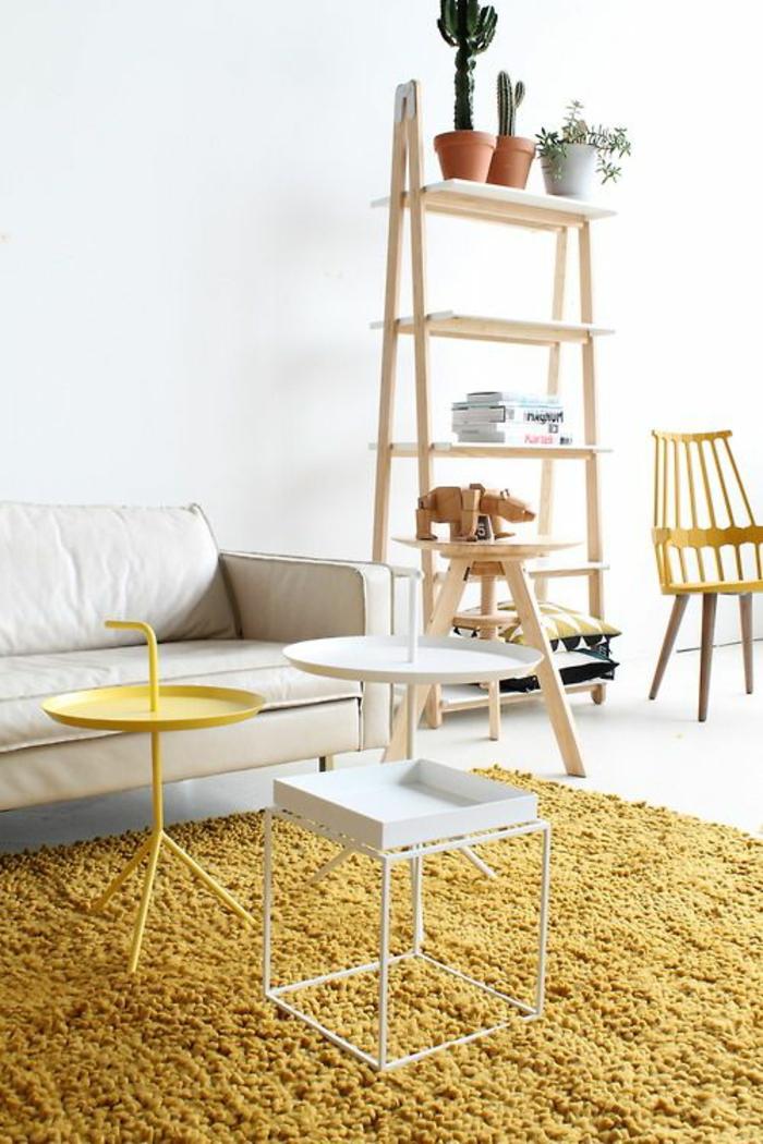 salon scandinave blanc et ocre jaune aux accents en bois naturel, tapis douillet couleur vibrant
