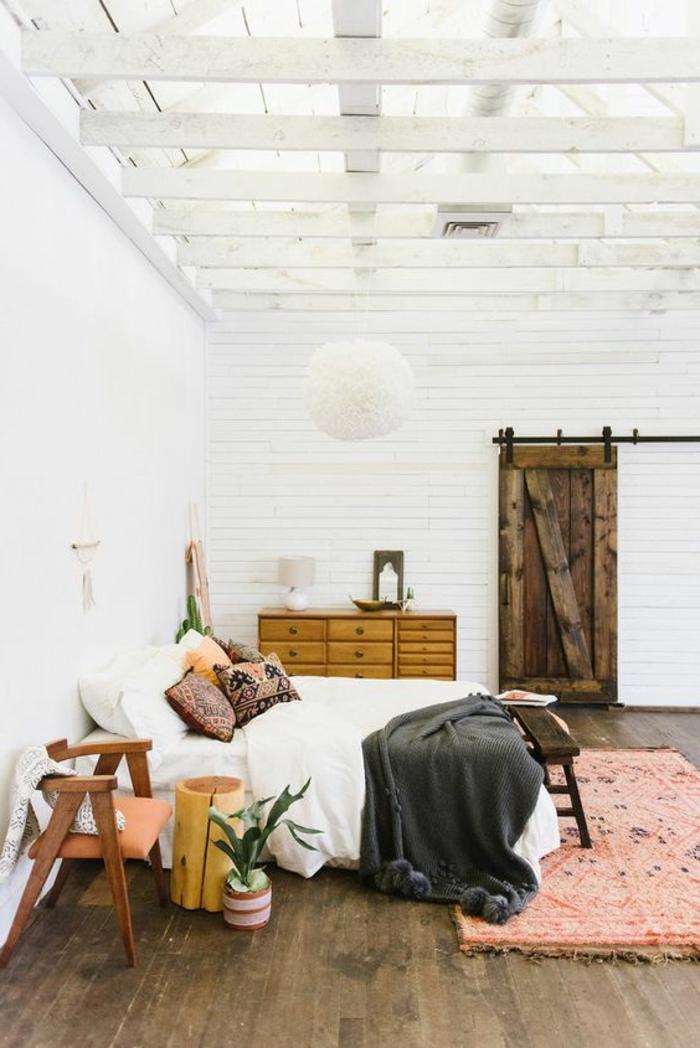 tapis rose saumon, intérieur rustique chic, poutres apparentes peintes blanches
